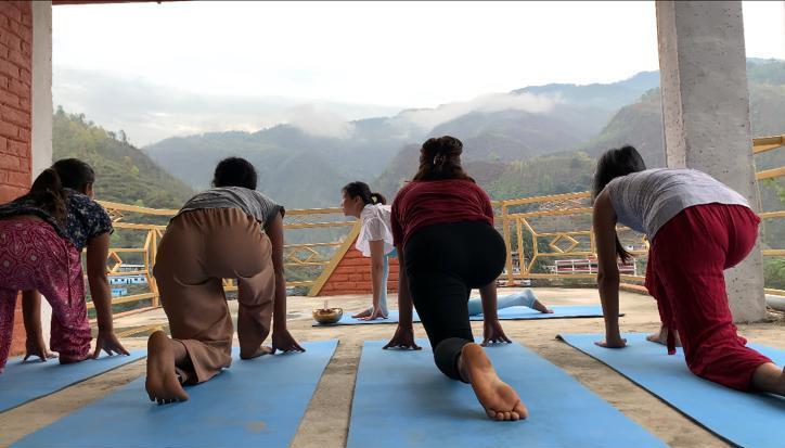 Yasoda教導尼泊爾村民做拜日式