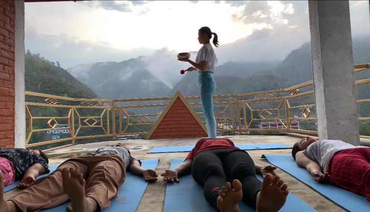 Yasoda為尼泊爾村民進行頌缽療癒
